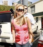 th_02805_brit073sandino_122_617lo - Britney Spears va mieux, son décolleté aussi